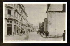 Imagen de la 6ta avenida zona 1, de los años 40s:  Enfocada, hacia el norte sobre la 6ta Avenida a la altura de la 13 calle. Con la iglesia de Santa Clara a la derecha,  y el ahora Hotel Royal Palace   en la izquierda...creo.