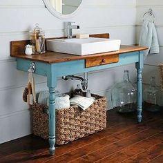 Aparador vintage para lavabo com cuba retangular e torneira. Tampo do aparador e…