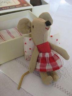 Mignonnes souricettes dans leur boite d'allumette Avec petit matelas, coussin et jolie couverture