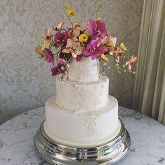 Entre rendas e orquídeas para um lindo casamento sob comando super @ericavaz 🌸🌸🌸