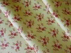 Tissu fleuri vert kaki clair fleur rouge, blanc cassé - 25 X 110 cm - tissu américain patchwork, déco, couture : Tissus pour Patchwork par isamarys