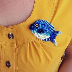 Привет, красавицы! Посмотрите,какую океаническую рыбку я для Вас сегодня приготовила. Брошь вышита японским бисером, разного калибра, глазик-стекло, с обратной стороны натур.кожа.Листайте, и посмотрите, как рыбка гармонично приживается на разной цветовой палитре . Подарите себе кусочек океана ✔#брошьрыбка #сердцеокеана #брошькит #брошькасатка #брошьморе #jewerly #fish #ростов #моздок #брошимосква #ямама #едунаморе #виташтатьяна # брошьрыба