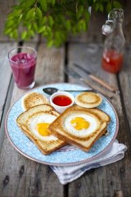 eggs in a basket! looks so yummy, and so easy!! For Christmas breakfast maybe? :)