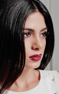 Emeraude Toubia makeup is as simple as it is beautiful. Glossy cranberry lip and smudged black khol eyeliner. | @Gaby_cantoo