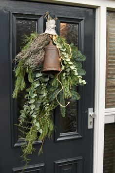 Styling at De Wemelaer part Christmas at the front door Christmas front door festoon nationwide Christmas Front Doors, Christmas Door, Rustic Christmas, Christmas Holidays, Christmas Tables, Nordic Christmas, Country Christmas Decorations, Xmas Decorations, Natural Christmas