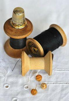 El hilo de torzal es un cordoncillo que se usa para bordar o realzar pespuntes en las prendas..