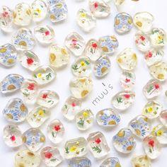 Resin Flowers, Glass Flowers, Paper Flowers, Diy Resin Art, Uv Resin, Resin Jewelry Tutorial, Making Resin Jewellery, Resin Charms, Color Shapes