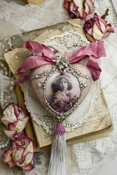 Very romantic antique looking pendant with pretty girl and roses. ❤😘❤😘❤😘 I decorated this pendant with decoupage, painting and the patination. The surface of the pendant pleasant to the touch, covered with matt acrylic varnish. Shabby Chic Crafts, Shabby Chic Interiors, Shabby Chic Pink, Shabby Chic Decor, Vintage Dior, Vintage Girls, Vintage Roses, Vintage Beauty, French Vintage