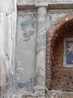 VII.16.a Pompeii. May 2015. Room 9, column on north side. Photo courtesy of Buzz Ferebee.