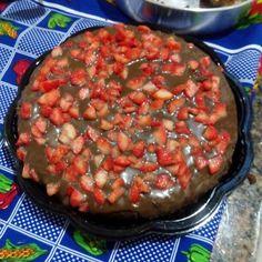 Bolo de chocolate com brigadeiro e morangos