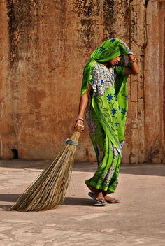 SWEEPER LADY OUTSIDE AMER FORT, JAIPUR ... Explore Dream Discover INDIA with 10yearitch.com