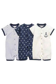 H&M - Set van 3 pyjamapakjes: CONSCIOUS. Tricot pyjamapakjes van zacht biologisch katoen met een drukknoopsluiting, korte mouwen en korte pijpen.  ------------- 17.99€