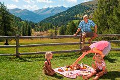 Die Sonne strahlt vom Himmel – perfekt für ein gemütliches Picknick im Grünen! Wir zeigen in unseren Supertrix auf live.moebelix.at einfache Rezeptideen für unterwegs.