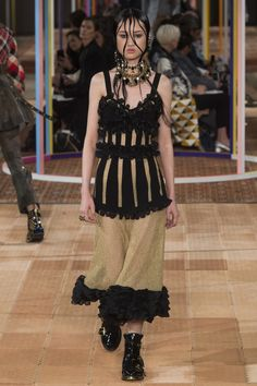 See all the Collection photos from Alexander McQueen Spring/Summer 2018 Ready-To-Wear now on British Vogue Women's Runway Fashion, Vogue Fashion, Fashion 2018, Fashion Week, Paris Fashion, High Fashion, Berlin Fashion, Vogue Paris, Spring Summer 2018