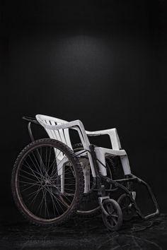 """Silla de ruedas adaptada con un mueble de jardín, donada por Free Wheelchair Mission al albergue """"Jesús el Buen Pastor"""" en Tapachula, Chiapas, en 2008."""