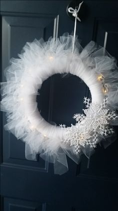 This snowflake wreath lights up using battery-operated Christmas lights. Rustic Christmas Crafts, Disney Christmas Decorations, Front Door Christmas Decorations, Holiday Wreaths, Christmas Projects, Christmas Diy, Winter Wreaths, Tulle Wreath, Diy Wreath