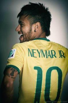 This man scored Brazil 2014's 100th goal. Ladies and Gentlemen, Neymar Jr. Et il s est casé une verte