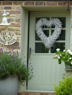 I don't know what I love more, the door, the colour of the door... the heart or the surroundings... pure gorgeousness... This is Busy Bee Studio... which can be found here; https://www.facebook.com/pages/Busy-Bee-Studio/136100223066651?sk=photos_stream