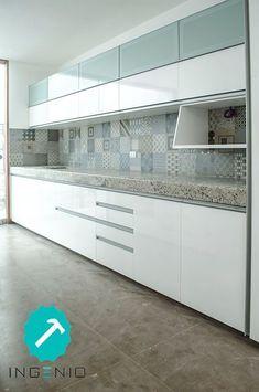 Mueble de cocina con acabado poliuretano blanco. Kitchen Room Design, Modern Kitchen Design, Home Decor Kitchen, Interior Design Kitchen, Kitchen Furniture, Home Kitchens, Kitchen Modular, Modern Kitchen Cabinets, Kitchen Cabinet Colors