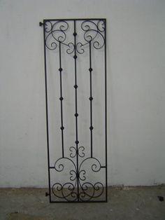 Grade de ferro para a porta de madeira