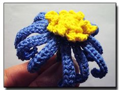 Blue Daisy crochet flower pattern: Instructions on all kinds of flowers for free.