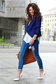Zapatos blancos y saco azul