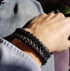 668397bb5984 Ce bracelet tressé en cuir noir fait partie des indémodables. Il est fait à  partir