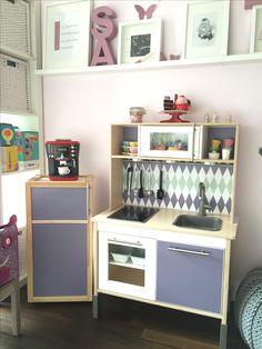 Die IKEA DUKTIG KInderküche wurde von Ana W. traumhaft aufgehübscht. Sogar ein kleiner Kühlschrank wurde gebaut. Die passende Folie gibt es auf www.limmaland.com