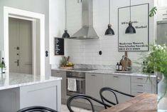 Keltainen talo rannalla: Trendikästä ilmettä Best Interior, Interior Design, Living Room Kitchen, Kitchen Grey, Dressing Room, Open Shelving, Scandinavian Design, Stockholm, Beige