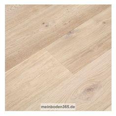 Eiche Schwerin Das Parkett ist ein Fertigparkett als breite Landhausdiele bzw. Schlossdiele in der Holzart europäische Eiche. Die rustikale Oberfläche der Diele wurde gebürstet, gekälkt und weiß extrem matt lackiert. Dadurch entsteht mehr Tiefenwirkung und die Holzstruktur wird in weiß hervorgehoben. Das Parkett hat eine Nutzschicht mit einer Stärke von ca. 3,4 mm, eine umlaufende Mikrofase, sowie eine Nut & Federverbindung.