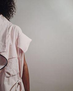 """A @osklen está fazendo nesse momento o fitting de seu desfile a ser apresentado na próxima semana durante o SPFW! As imagens foram feitas pela filha de Oskar @caetanametsavaht. As peças clicadas estarão no sistema """"See Now Buy Now"""" que começa logo após o desfile no e-commerce da marca e nas lojas da Oscar Freire e Collection Shopping Leblon no dia seguinte.  via HARPER'S BAZAAR BRAZIL MAGAZINE OFFICIAL INSTAGRAM - Fashion Campaigns  Haute Couture  Advertising  Editorial Photography  Magazine…"""
