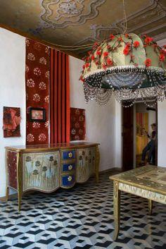 Keltainen talo rannalla: Tunnelmia Italia muutakin Love the buffet/dresser painting Interior Flat, Interior And Exterior, Bohemian Interior, Bohemian Decor, Bohemian Gypsy, Interior Inspiration, Design Inspiration, Italy House, Elle Decor