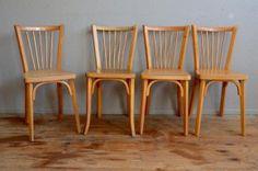 Des lignes simples mais intemporelles,  avec un bois clair, voici une belle série de chaises bistrot vintage signées Baumann. Esprit minimaliste et design rétro léger et intemporel, elles ont été produites dans les années 1950-60... Et apporteront une touche bistrot, guiguette et parisienne à la déco de votre cuisine!