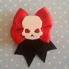 È halloween! Spilla e molletta realizzata a mano con teschio in stile rockabilly horror dark gothic zombie splatter halloween