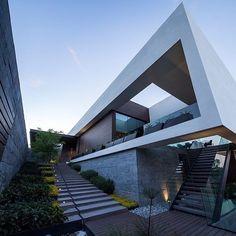 """1,233 curtidas, 4 comentários - Arquiteto e Urbanista (@papodearquiteto) no Instagram: """"MT House by GLR Arquitectos Local: Sierra Madre Oriental mountains, #Monterrey, #Mexico -…"""""""