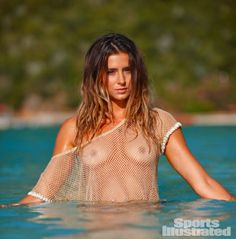 Surfista profissional e modelo, Anastasia Ashley, foi flagrada na praia Fountainebleau relaxando e se divertindo no dia ensolarado de hoje,quarta feira (20 de fevereiro). A loira exibiu seu corpo esbelto em um biquíni listrado azul e branco. Celegram