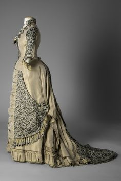 Fripperies and Fobs — Dress, 1882 From the Sigal Museum Victorian Gown, Victorian Costume, 1880s Fashion, Edwardian Fashion, Vintage Fashion, Vintage Gowns, Vintage Outfits, Bustle Dress, Silk Dress