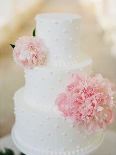 simple floral wedding cake idea; photo: Jeff Brummett Visuals via Wedding Chicks