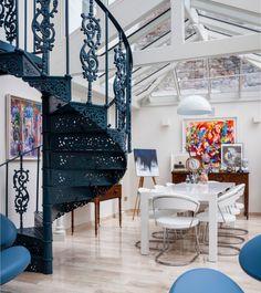 Кованная винтовая лестница поражает своей красотой и компактностью