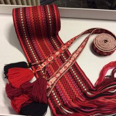 Bilderesultat for beltestakk hjul Inkle Weaving, Tablet Weaving, Hand Weaving, Norwegian Clothing, Period Costumes, Scandinavian, Diy And Crafts, Band, Pattern