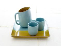 Mid-century pottery brand Heath Ceramics is back with a new summer 2010 collection sure to bring a pop of color to your table. Following Heath's long tradi
