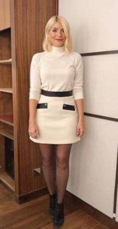 Holly Willoughby is vision in cream knitwear Holly Willoughby Legs, Holly Willoughby Outfits, Pantyhose Outfits, In Pantyhose, Nylons, Fashion Tights, Cc Fashion, Skirt Fashion, Quoi Porter