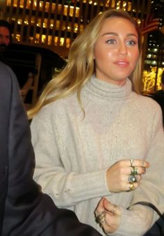 Miley Cyrus - Arriving at NBC Studios in NYC Miley Cyrus Style, Outfits and Clothes. Hannah Montana, Cabelo Miley Cyrus, Tennessee, Concert Makeup, Miley Stewart, Kristen Stewart, Miley Cyrus Style, Miley Cyrus Body, Lgbt