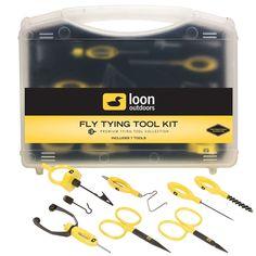 Loon Fly Tying Tool Kit Bindewerkzeug-Set. Verpackt in einem robusten, reisefähigen Koffer und mit der Ergo Arrow Point Schere, der Ergo Allzweckschere, dem Ergo Bobbin, dem Ergo Bodkin, dem Ergo Whip Finisher, der Ergo Dubbing Brush und dem Gator Grip Dubbing Spinner ist dies eine ausgezeichnete Wahl als Geschenk für jeden Fliegenbinder. Fly Tying Tools, 50 Euro, Flyer, Tool Kit, Fly Fishing, Scissors, Suitcase, Gifts, Fly Tying