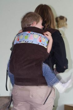 Soft-Structured Carrier tutorial -- Instructions for making a soft-structured carrier similar to an ergo. Adapt to make a doll carrier for Sean. Sewing For Kids, Baby Sewing, Free Sewing, Baby Gifts To Make, Baby Carrying, Late Bloomer, Doll Carrier, Baby Couture, Baby Carriers
