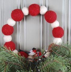 Huovutettu pallokranssi | Sinooperi Ornament Wreath, Ornaments, Christmas Wreaths, Holiday Decor, Home Decor, Eggs, Decoration Home, Room Decor, Christmas Decorations