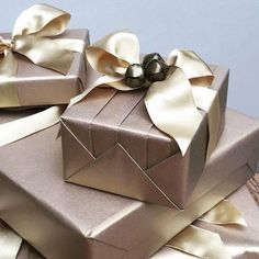 Use these beautiful gift wrapping ideas to set your presents apart from the rest. Wrapping Ideas, Elegant Gift Wrapping, Present Wrapping, Creative Gift Wrapping, Creative Gifts, Christmas Gift Wrapping, Christmas Gifts, Table Origami, Gift Wrapping Techniques
