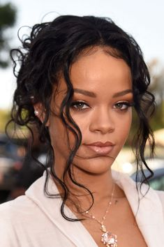 Rihanna at the MTV Movie Awards. her makeup is simple but Saint Michael, Estilo Rihanna, Rihanna Style, Rihanna Makeup, Rihanna Fenty, Sparkly Makeup, Pink Makeup, Glowy Makeup, Creative Hairstyles