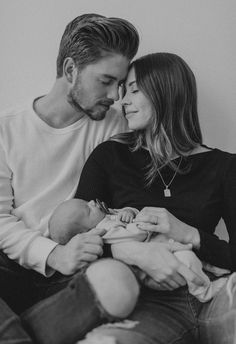 Newborn Family Pictures, Family Photos With Baby, Newborn Baby Photos, Baby Boy Photos, Newborn Shoot, Baby Pictures, Couple With Baby, Baby Boy Newborn, Photo Bb