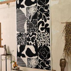 Diese große Decke von Marimekko wird aus gestrickter Jacquard-Baumwolle hergestellt und mit einem abstrakten, naturbezogenen Ruudut-Muster verziert. Die Ränder sind mit hübschen, kleinen Fransen versehen, die der Decke Gemütlichkeit verleihen. Marimekko, Shops, Home Collections, Curtains, Prints, Ideas, Products, Monochrome, Textiles